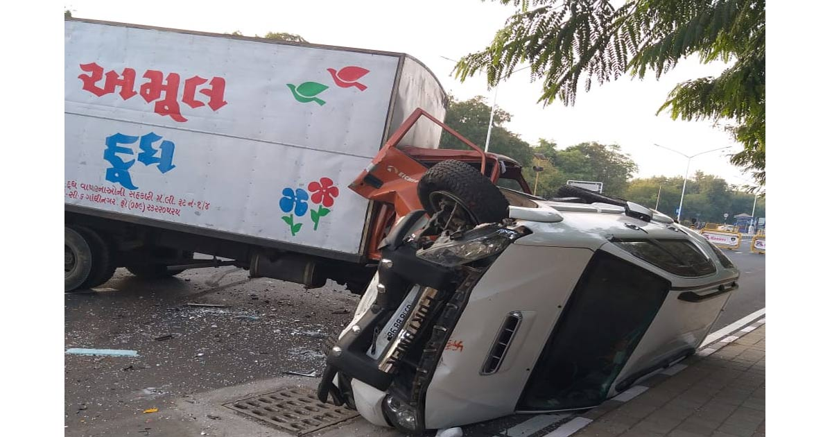 http://meranews.com/backend/main_imgs/Photo-1_accident-between-car-and-truck-in-gandhinagar_0.jpg?70