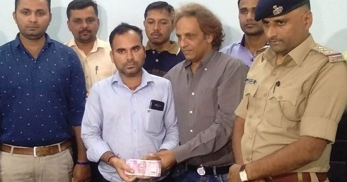 http://meranews.com/backend/main_imgs/surat_surat-honest-youth-found-rs10-lakh-from-road-side-but-wh_1.jpg?88